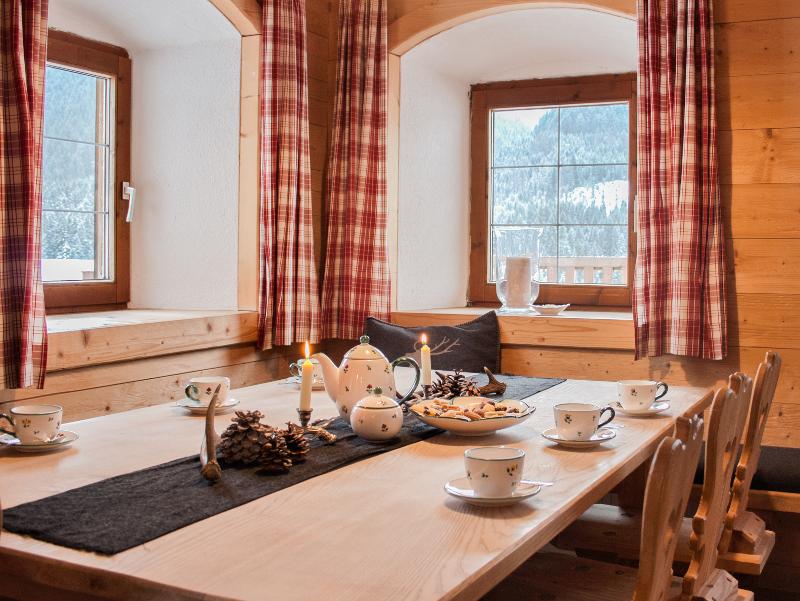 Urige Holzstube mit offenem Kamin am Selbstversorgerhaus Tuxerhof in Achenkirch am Achensee