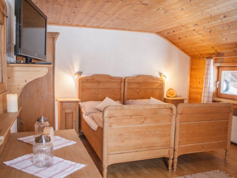 Gemütliches Schlafzimmer mit Balkonzugang in der Ferienwohnung am Tuxerhof in Achenkirch am Achensee